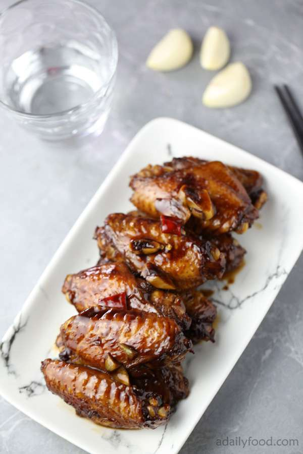 Braised chicken wings in a plate with marbling